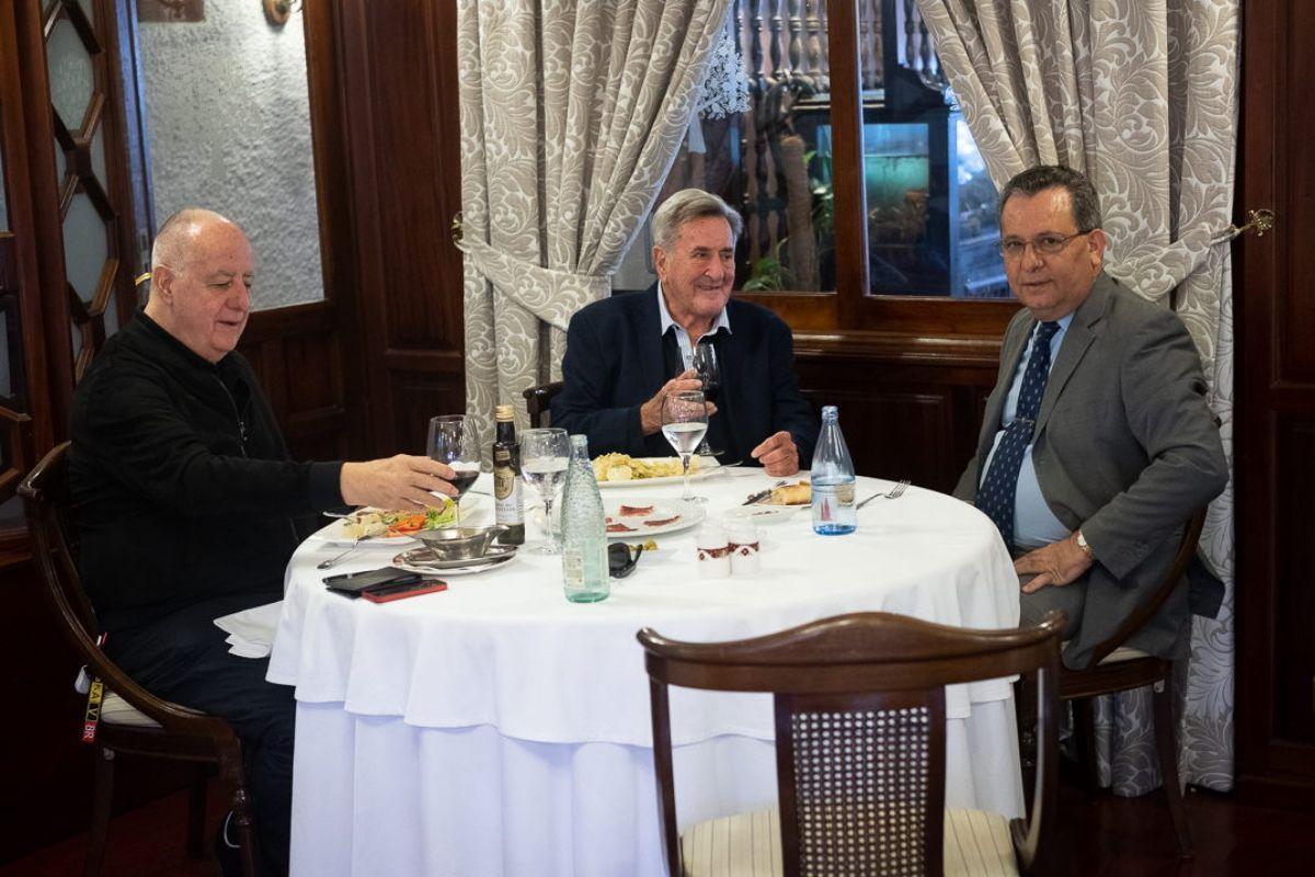 Manuel Hermoso y Andrés Chaves, durante la entrevista que inaugura las Conversaciones en Los Limoneros, con Mariano Ramos, propietario del restaurante que da nombre y sede a esta nueva sección del DIARIO. Fran Pallero