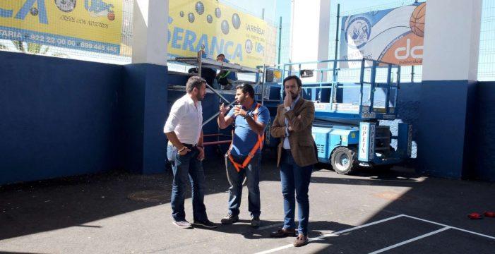 Las goteras en el Santaella del Puerto de la Cruz impiden a los niños entrenar