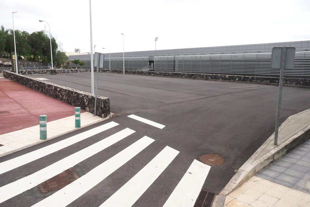 Espacio donde tiene previsto construir AENA el nuevo edificio que unirá la terminal principal con la T2, actualmente cerrada. Sergio Méndez