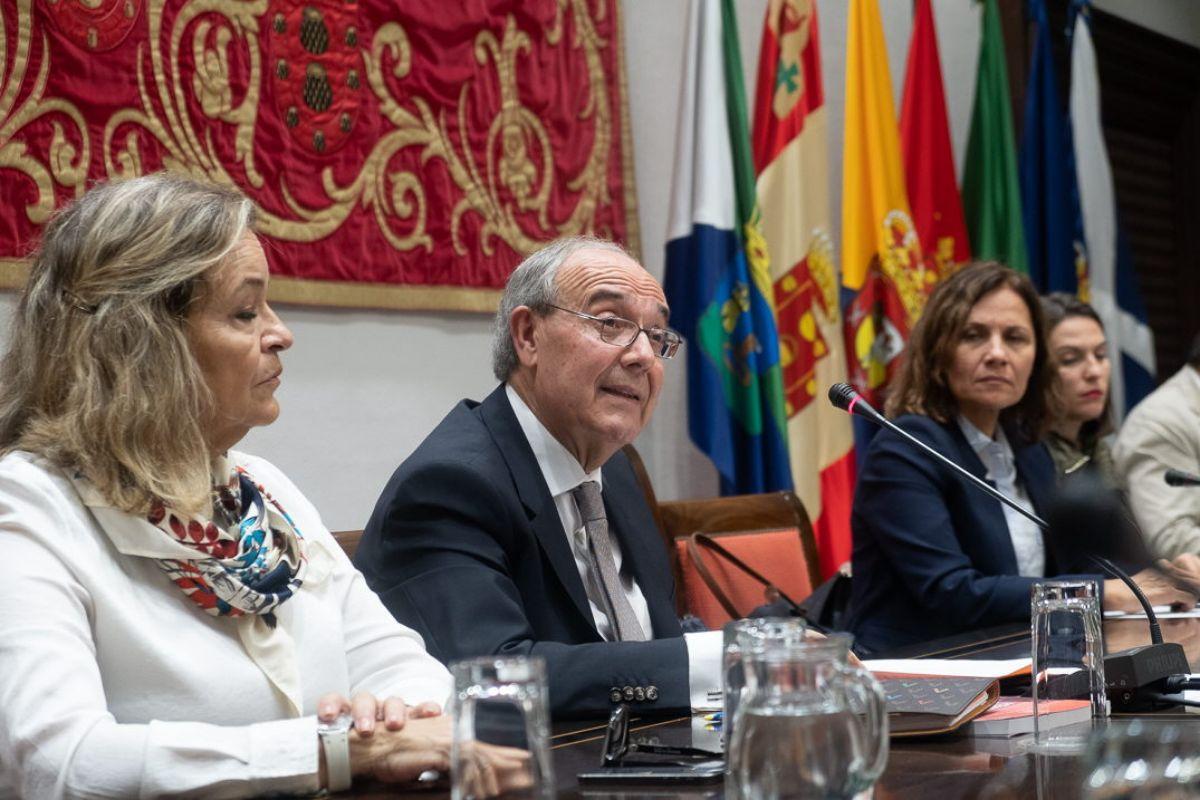 Vicente Garrido, durante su intervención en el Parlamento de Canarias, ayer en Santa Cruz. Fran Pallero