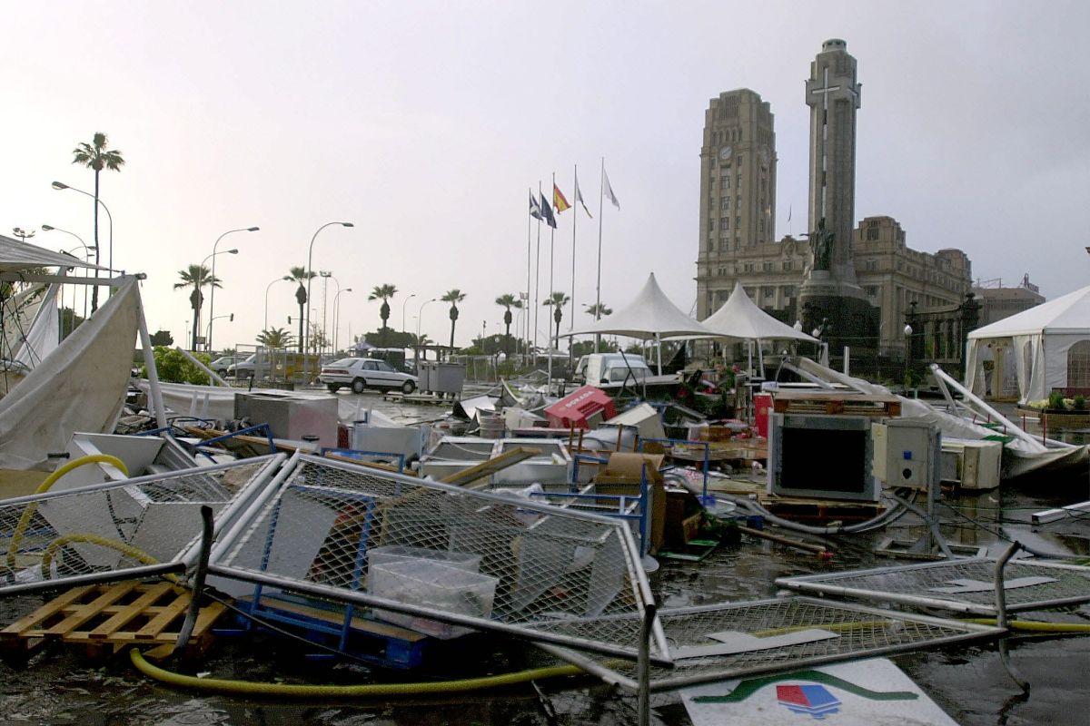 El Cabildo y la plaza de España, con los destrozos provocados por la tormenta tropical Delta. / DA