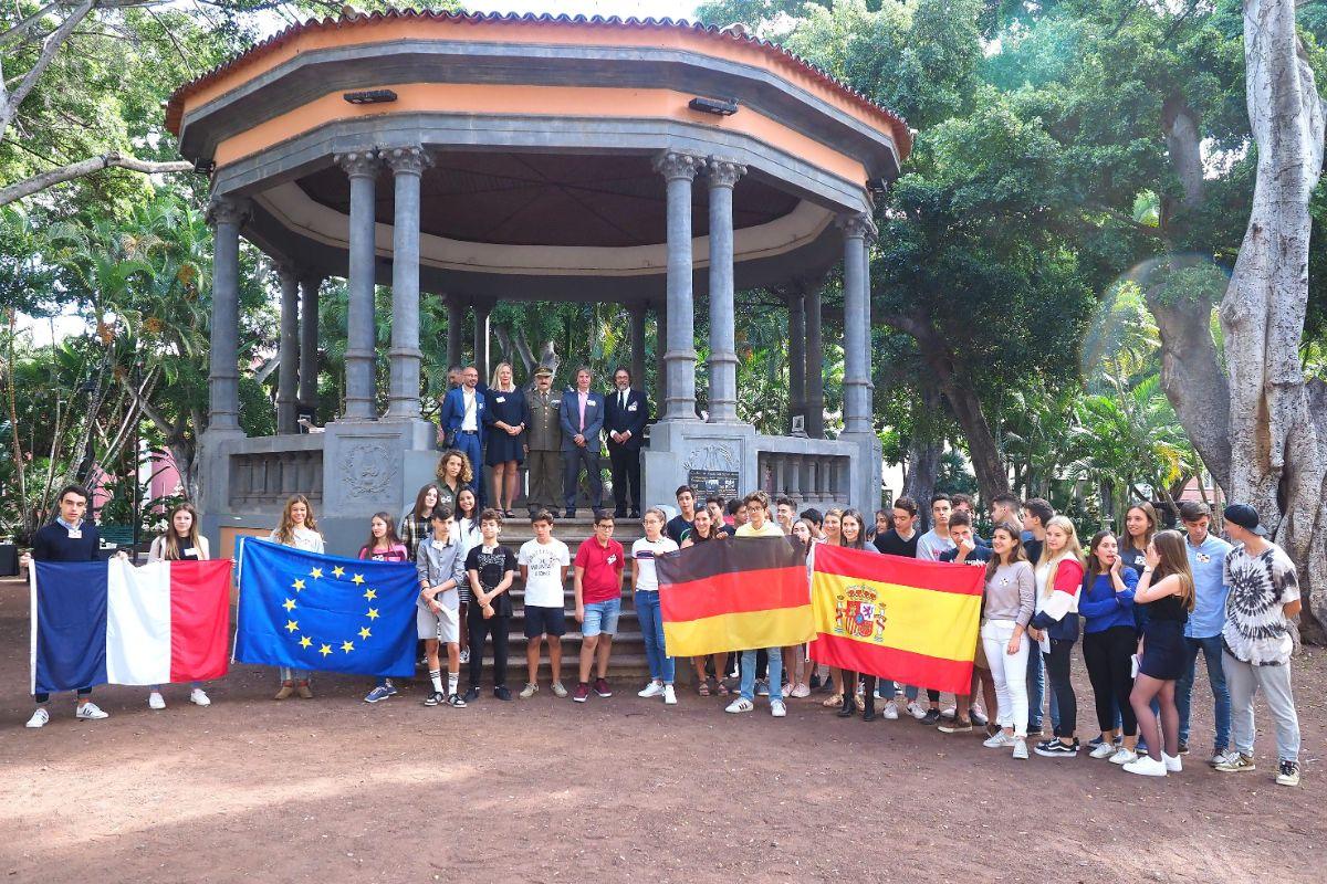 Alumnos del Colegio Alemán y el Liceo Francés conmemoran en Tenerife el armisticio de la I Guerra Mundial. / Sergio Méndez