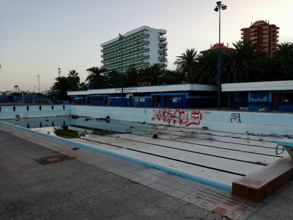 Totalmente abandonada y con grafitis as se encuentra for Piscina municipal puerto de la cruz