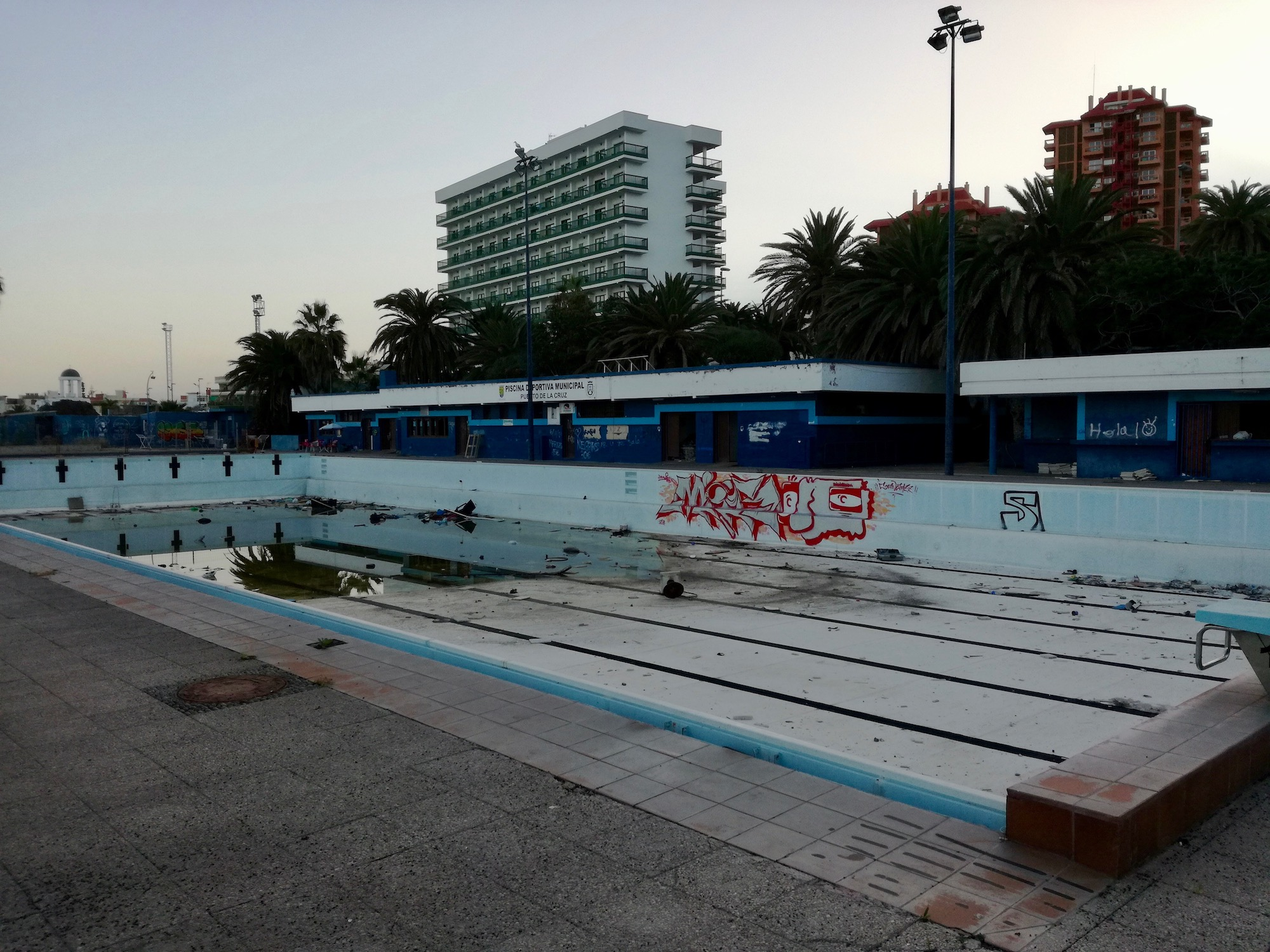 Totalmente abandonada y con grafitis as se encuentra for Piscina municipal puerto de la cruz