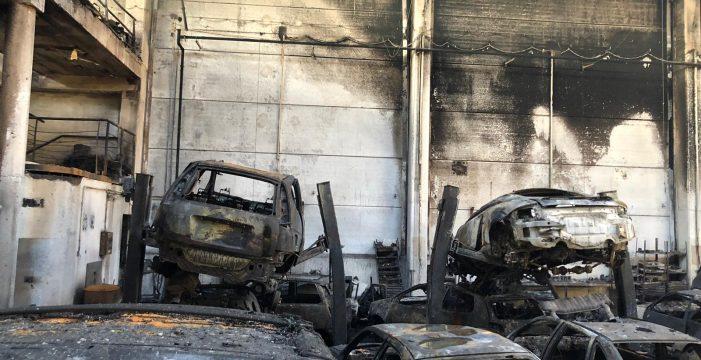 Así quedó la nave en la que ardieron anoche 40 coches en Güímar