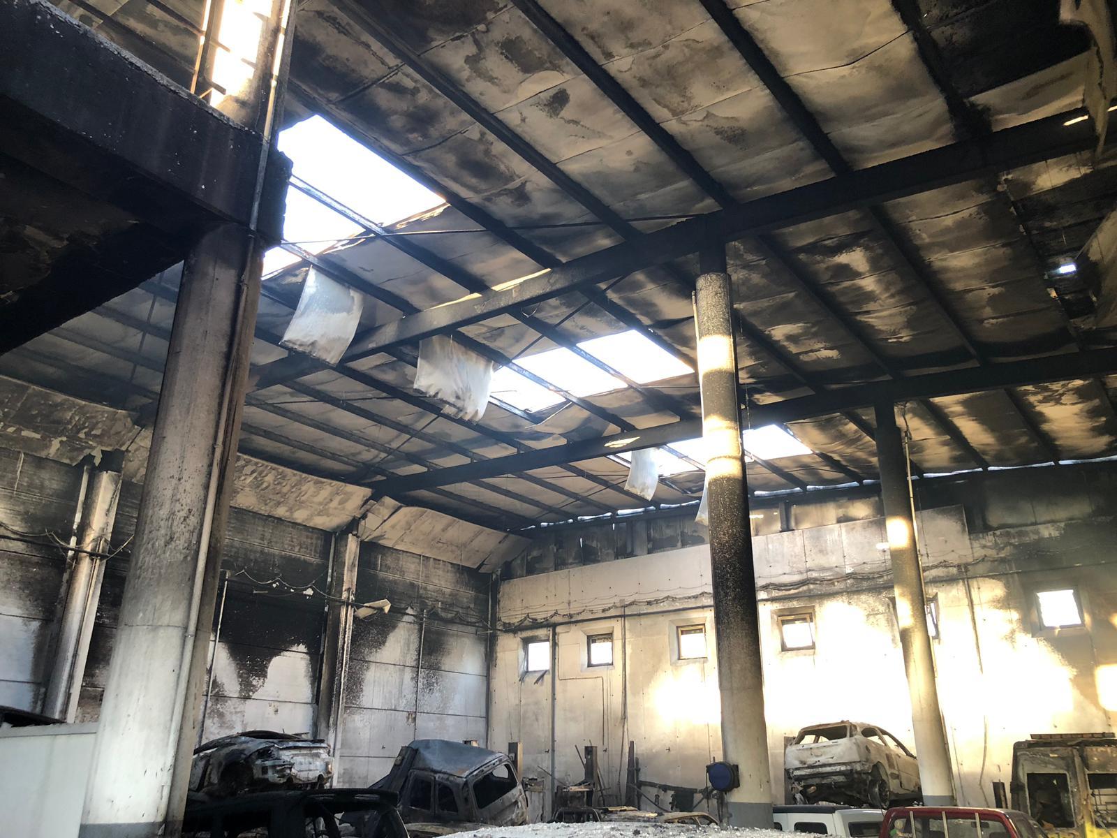 Incendio en un taller de mecánica en el Polígono Industrial Valle de Güímar / LOS JARDINEROS