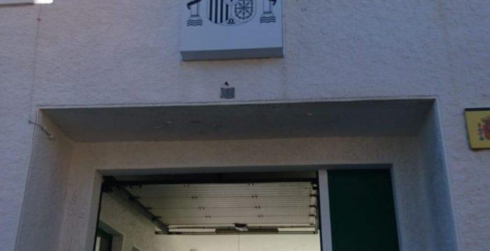 Retiran el escudo franquista del cuartel de la Guardia Civil de Candelaria