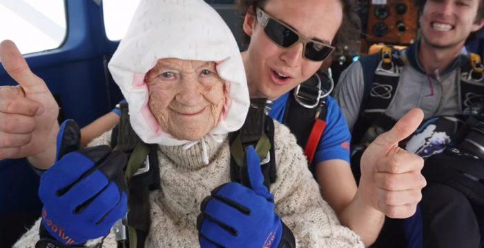 Así ha sido el salto de la paracaidista más longeva del mundo