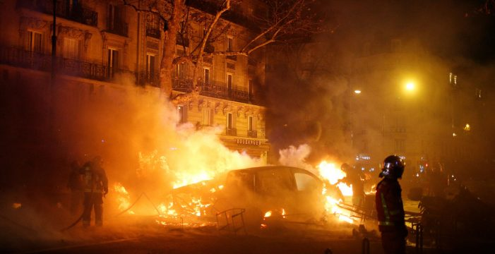 Francia no descarta aplicar el estado de emergencia tras los disturbios en París