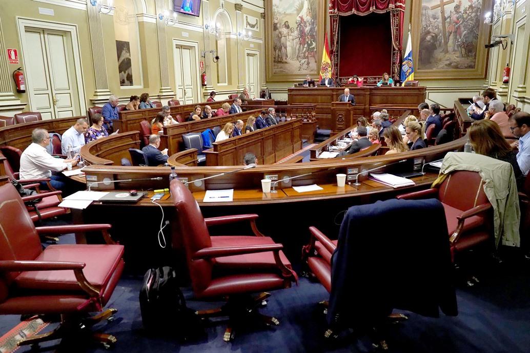 El Parlamento de Canarias ha aprobado los Presupuestos autonómicos de 2019 bajo el paraguas de la incertidumbre en la política nacional. / FRAN PALLERO