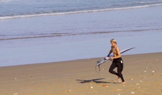 El 'niño del ColaCao', convertido en estrella del surf, conquista la ola marroquí