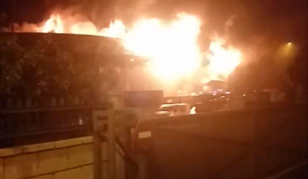 Bomberos trabajan en la extinción de un aparatoso incendio en el Polígono de Güímar