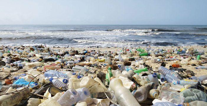 Un innovador proyecto canario convierte los desechos de plástico en joyas, jarrones y carcasas de móviles