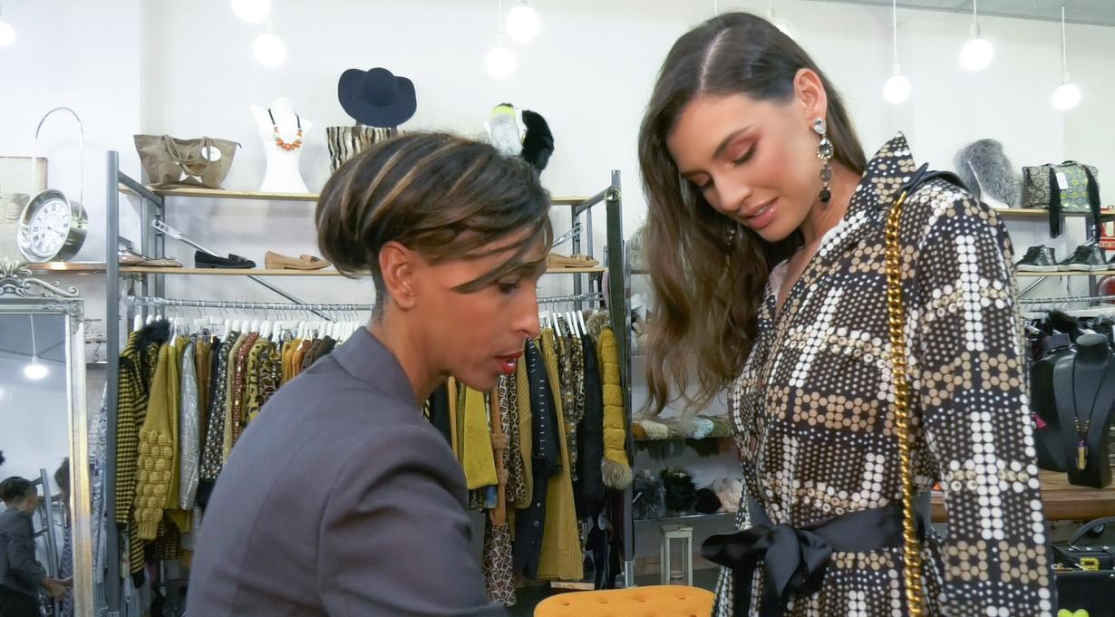 Vicky selecciona vestuario en SOI para una sesión de fotos y entrevistas de la candidata Ariadna Fregel, Foto de DA