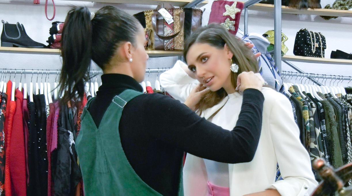 Ani prueba complementos en SOI para una sesión de fotos y entrevistas de la candidata Ariadna Fregel / DA