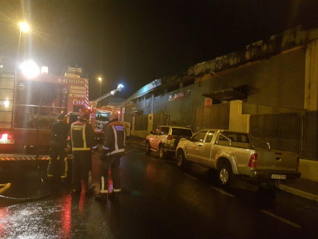 Los bomberos logran controlar el aparatoso incendio en el Polígono de Güímar