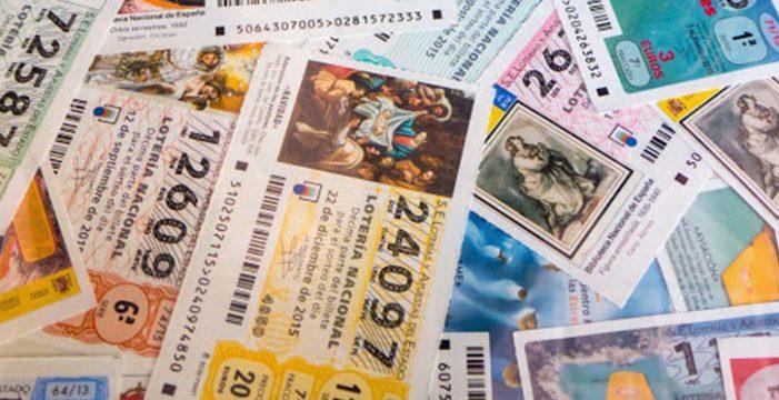 Un barrendero encuentra un maletín con participaciones del quinto premio de la Lotería de Navidad