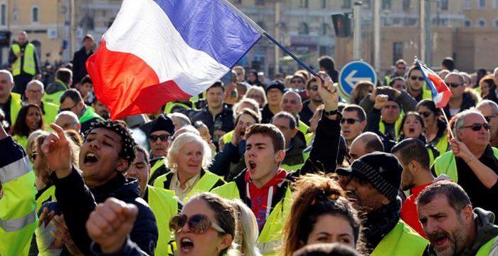"""Francia aplaza la subida de los precios del combustible tras la """"cólera"""" social"""