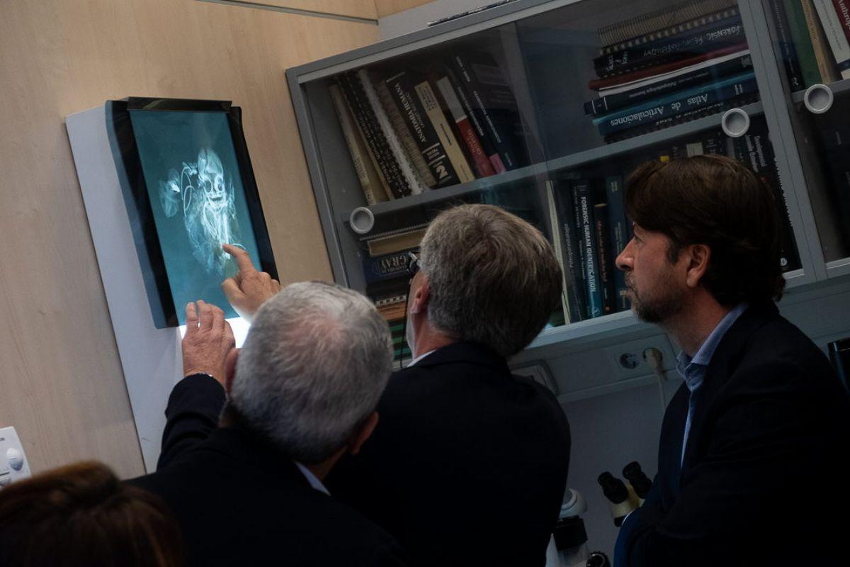 Sergio Marrero y Domingo García, las dos personas que hicieron el casual hallazgo, junto con la foto de uno de los restos. / FRAN PALLERO