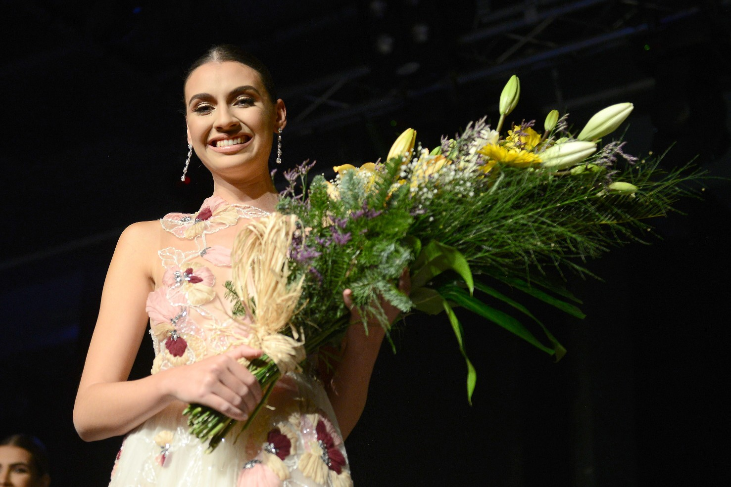 Ariadna Fregel recibe el ramo como ganadora del concurso / Foto: Sergio Méndez