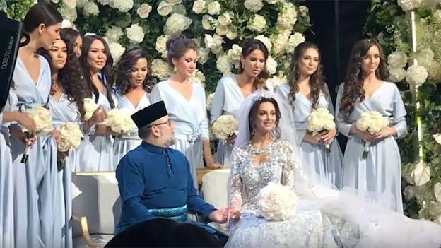 El rey de Malasia abdica por amor tras su majestuosa boda con Miss Moscú 2015