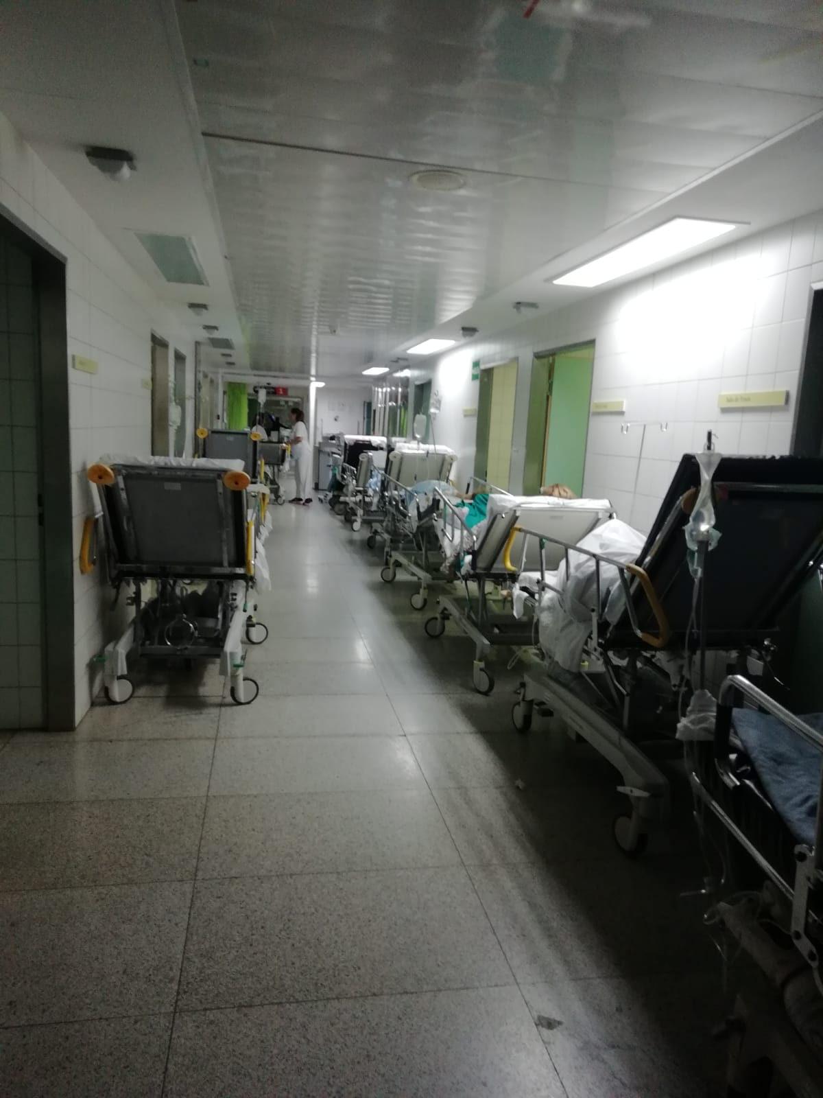 Imagen de estos días de uno de los pasillos de los servicios de Urgencias del Hospital Universitario de Canarias en los que se acumulan las camillas. DA