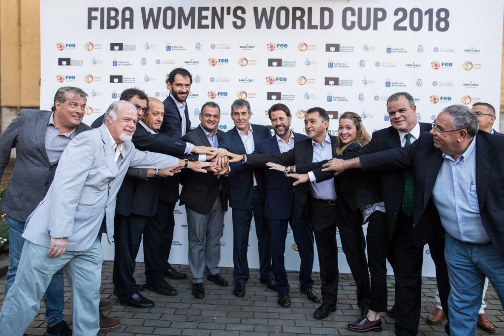 En la imagen, el quinto por la izquierda, el presidente de la FEB, Jorge Garbajosa, junto al alcalde lagunero, José Alberto Díaz (CC), y el resto de altos cargos. DA