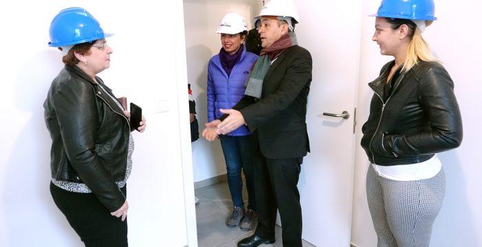 Los vecinos de La Candelaria visitan el 'piso piloto' de las 115 viviendas de reposición
