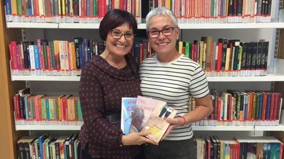 Bella, viuda de Carlos López Melo, autor de '¿Yo, cáncer?', dona libros en Candelaria