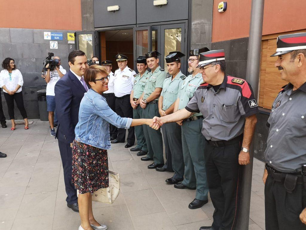 Elena Máñez y José Julián Mena saludan a los agentes durante la última Junta Local de Seguridad. DA