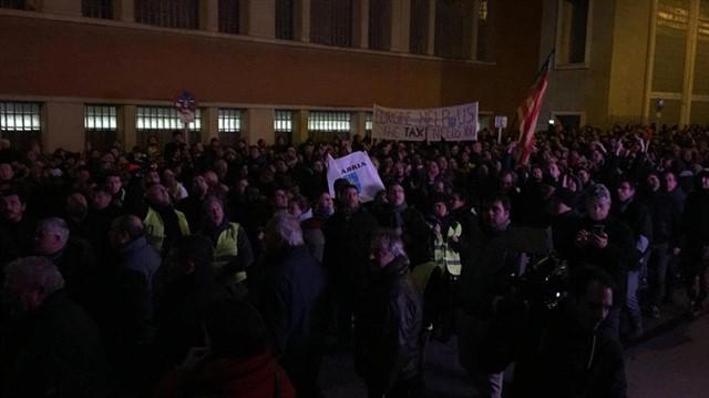 """Gritando """"corruptos"""" y lanzando huevos, así llegan cientos de taxistas al WiZink Center para continuar su protesta"""