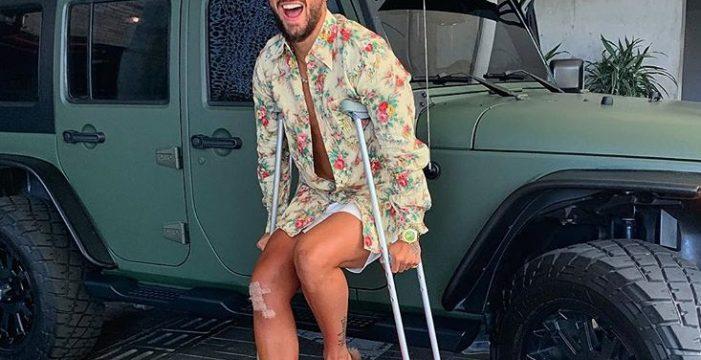 Maluma cumple 25 años con muletas y tras pasar por quirófano