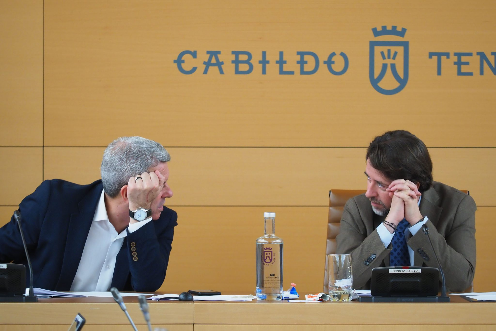 El vicepresidente del Cabildo Aurelio Abreu (PSOE) dialoga con el presidente insular, Carlos Alonso (CC). DA