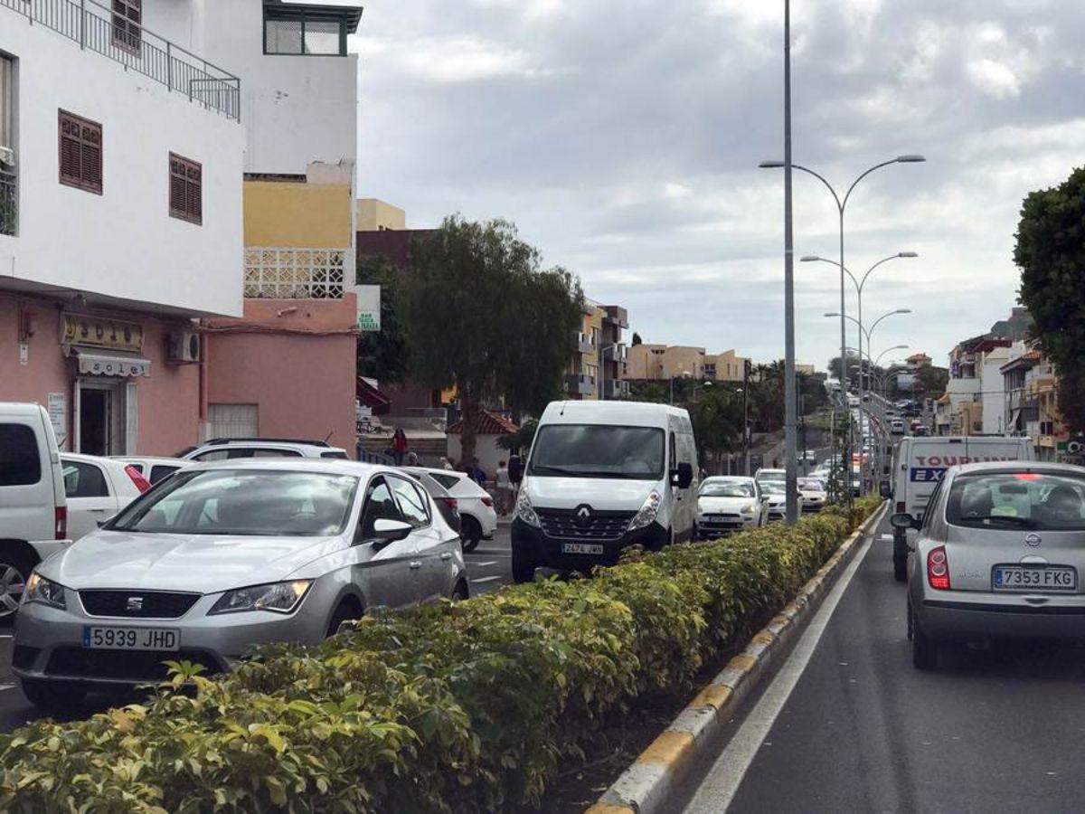 La travesía de Alcalá se ha convertido en una calle interior con atascos kilométricos todos los días. DA