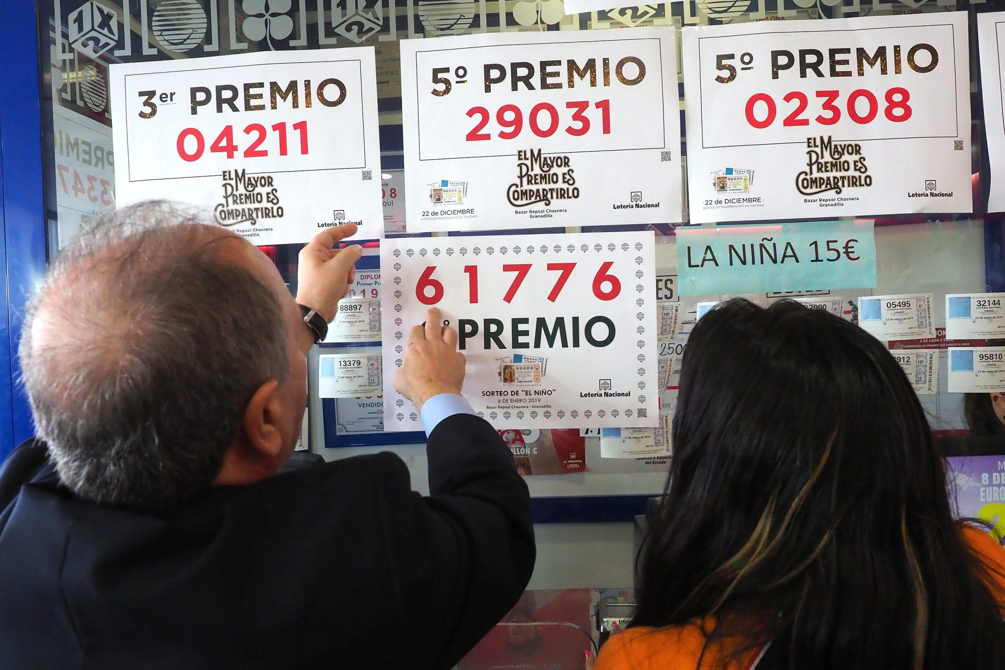 El gerente de LAE, Luis De Monti, pega uno de los carteles de la estación de servicios La Chasnera. Sergio Méndez