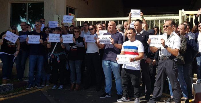 Los funcionarios y trabajadores de Tenerife II piden el fin de las agresiones