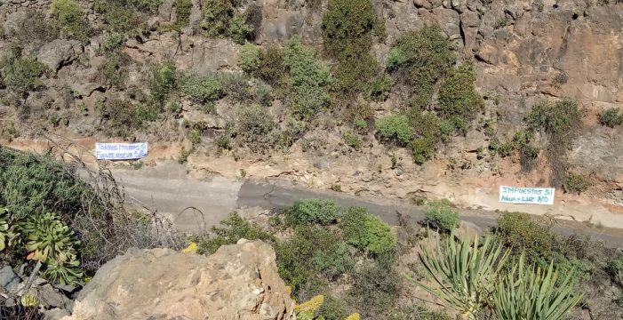 Fuente Nueva, en Arico, con pancartas, reclama la luz y agua prometida