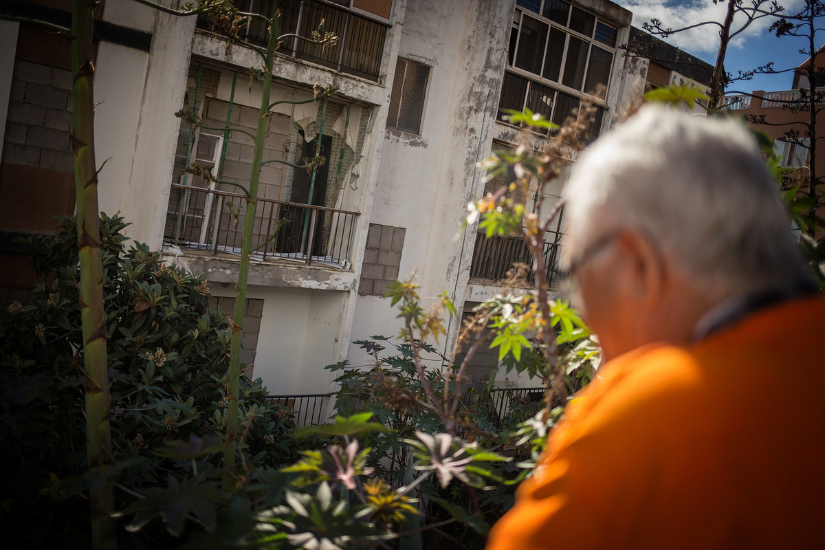 Uno de los vecinos observa cómo las viviendas de Las Chumberas continúan apuntaladas por el riesgo de derrumbe. Fran Pallero