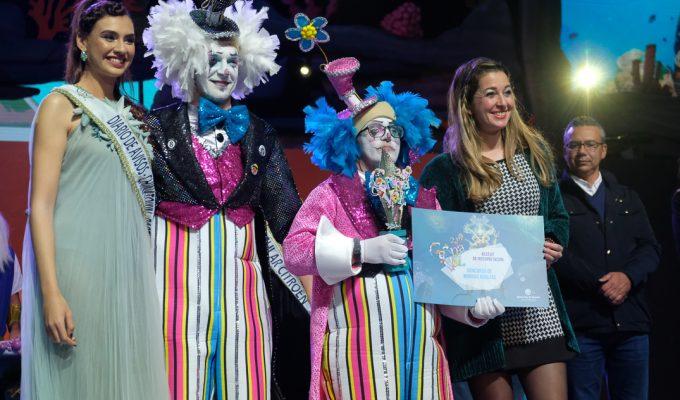 Ariadna Fregel entrega un premio en la final del Concurso de Murgas de Santa Cruz
