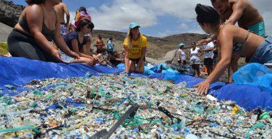 Duro y a mano: así es el proceso que combate los microplásticos en las playas canarias