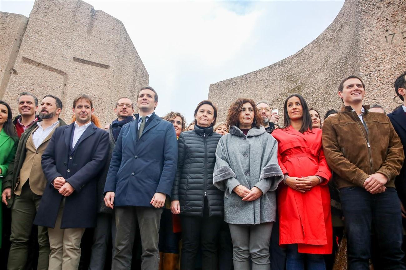 Abascal, Casado y Rivera posan en la foto final de la concentración