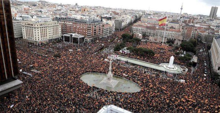 Decenas de miles de personas exigen a Sánchez que convoque ya las elecciones