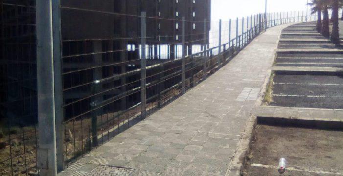 El vallado del hotel abandonado de Añaza está casi a punto de finalizar