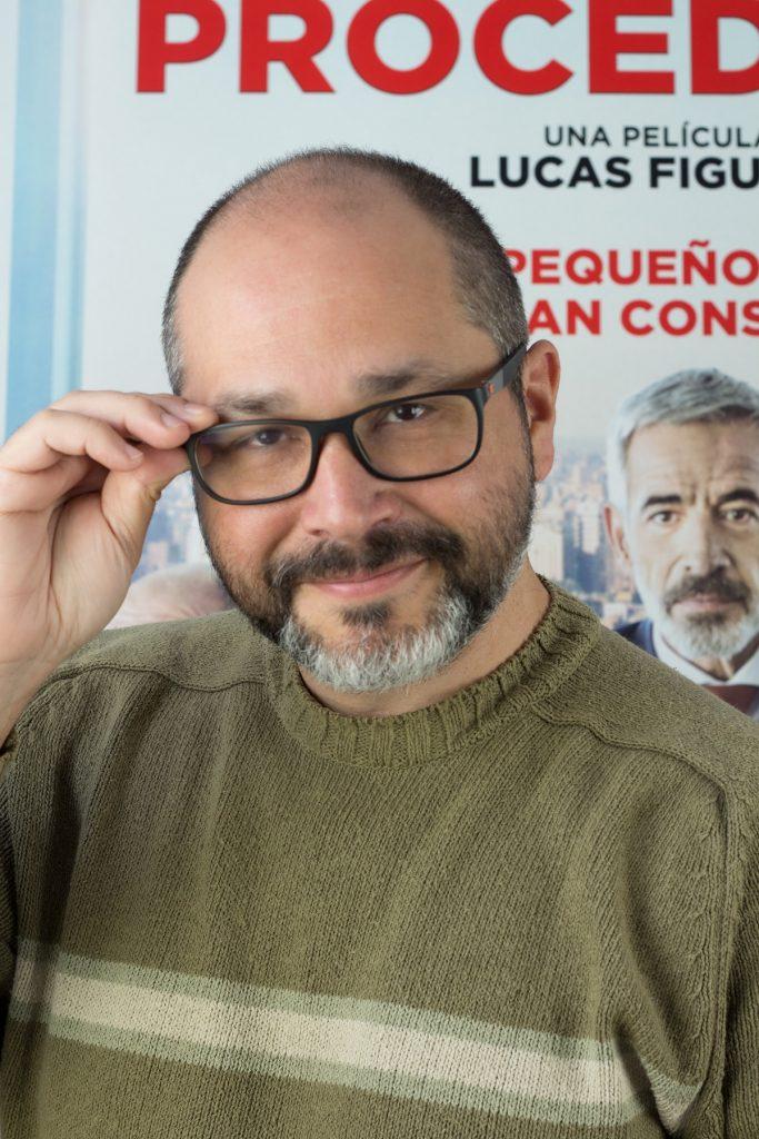 Daniel Fumero posa junto al póster de 'Despido procedente', protagonizada por Imanol Arias, actualmente en emisión en Netflix. | Foto: Irene Fumero