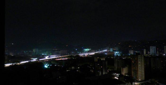 """Un masivo apagón de luz en Venezuela aumenta las tensiones con EEUU al que Maduro acusa de """"sabotaje"""""""