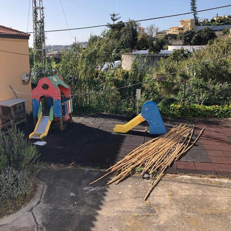 Imagen de la zona donde los menores pasan los recreos los días de clase, y que presenta un evidente etsado de abandono. | DA