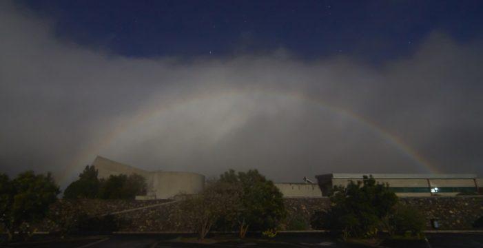 Un arcoíris lunar fotografiado en La Palma, Imagen del Día de las Ciencias de la Tierra