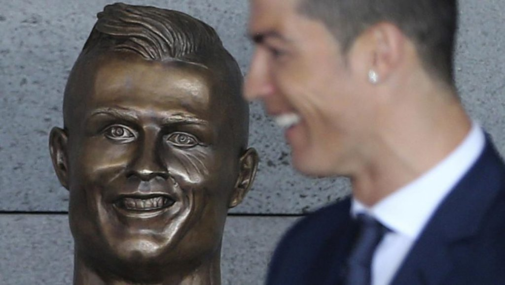 Busto de Cristiano Ronaldo en el aeropuerto de Madeira  DA