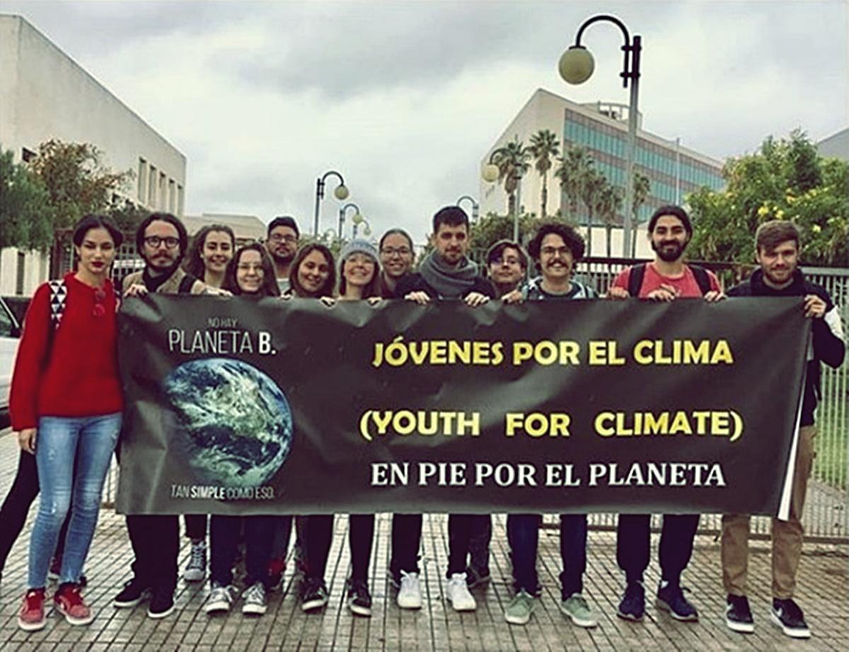Varios miembros del colectivo Juventud por el Clima de Tenerife tras una reunión en el Campus de Guajara. DA