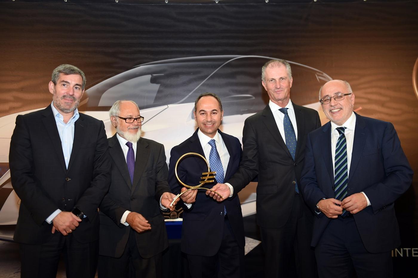 Fernando Clavijo, Andrés Izquier, Marco Toro, Fernando González y Antonio Morales durante la entrega del Premio Mejor Coche de Canarias al Nissan Leaf. | DA